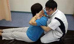 頑固な痛みや首を支える筋肉の硬直の事故治療は矯正法を用います。